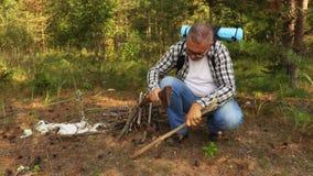 Wanderer bereitet den Feuerstandort vor stock video