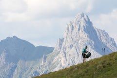 Wanderer bereitet den Rucksack im Berg vor lizenzfreie stockfotos