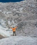 Wanderer betrachtet icefall Lizenzfreie Stockbilder