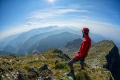 Wanderer, der über den Gebirgsrücken schaut Lizenzfreie Stockbilder