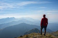 Wanderer, der über den Gebirgsrücken schaut Lizenzfreies Stockfoto
