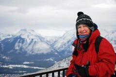 Wanderer, der über kanadischen schneebedeckten Bergen schaut Stockbilder