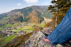 Wanderer, der Ansicht über Tal genießt Lizenzfreie Stockfotografie