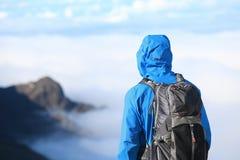 Wanderer, der Ansicht betrachtet Stockfoto