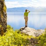 Wanderer, der Ansicht betrachtet lizenzfreies stockfoto