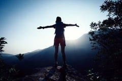 Wanderer, der auf die Sommersonnenaufganggebirgsoberseite wandert Stockbilder