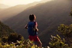 Wanderer, der auf die Sommersonnenaufganggebirgsoberseite wandert Stockfotografie