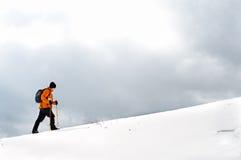 Wanderer, der auf eine Steigung steigt Stockfotos