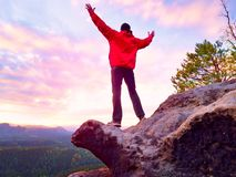 Wanderer, der auf einen Berg steht und Sonnenaufgang genießt Schöner Moment Lizenzfreie Stockfotos