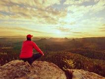 Wanderer, der auf einen Berg steht und Sonnenaufgang genießt Schöner Moment Stockfotos