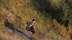 Wanderer, der auf einen Stein geht stock video