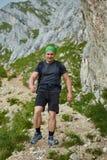 Wanderer, der auf felsige Berge geht Lizenzfreies Stockbild
