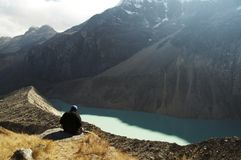 Wanderer, der auf Gebirgssee sich entspannt Lizenzfreies Stockbild