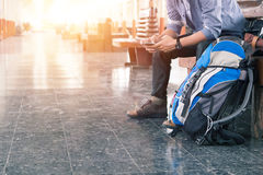 Wanderer an der Bahnstation mit einem Reisenden stockbild
