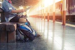 Wanderer an der Bahnstation mit einem Reisenden Stockfoto