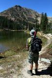 Wanderer, der Berge betrachtet Stockfotos