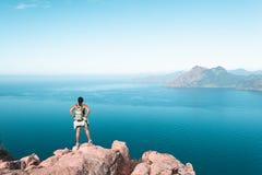 Wanderer, der Calanques de Piana in Korsika, Frankreich betrachtet lizenzfreie stockbilder