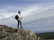 Wanderer, der das Gipfel erreicht Lizenzfreies Stockbild