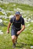 Wanderer, der den Berg klettert Stockfotos