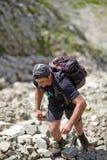 Wanderer, der den Berg klettert Lizenzfreies Stockfoto