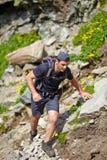 Wanderer, der den Berg klettert Lizenzfreie Stockfotografie