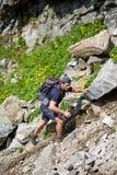 Wanderer, der den Berg klettert Stockbild