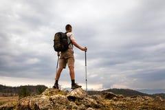Wanderer, der den Himmel betrachtet Stockbild