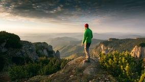Wanderer, der den Sonnenaufgang bewundert Stockbilder