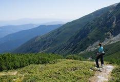 Wanderer, der die Ansicht genießt Lizenzfreie Stockfotografie
