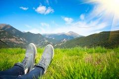 Wanderer, der die Ansicht von Bergen genießt Stockbild