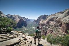 Wanderer, der die Ansichten überwacht Stockbilder