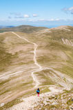 Wanderer, der in die Berge geht Lizenzfreies Stockfoto