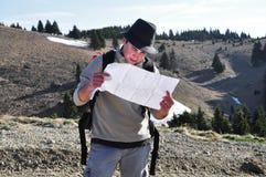 Wanderer, der eine Karte anhält Stockfoto