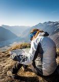 Wanderer, der eine Karte studiert Lizenzfreies Stockbild