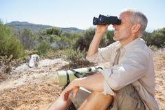 Wanderer, der eine Pause auf der Landspur schaut durch Ferngläser macht Lizenzfreie Stockbilder