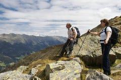 Wanderer, der erstaunliche Ansicht der Alpen genießt Stockfotografie