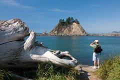 Wanderer, der Ferngläser am ersten Strand verwendet Stockfotografie