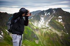 Wanderer, der Fotos der Landschaft macht Stockfotografie