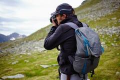 Wanderer, der Fotos der Landschaft macht Stockfotos