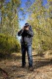 Wanderer, der Fotos in einem Wald macht Lizenzfreies Stockfoto