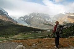 Wanderer, der heraus über Gletschern schaut Stockfotografie