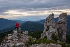Wanderer, der hoher Gebirgsfelsen klettert Stockfotos