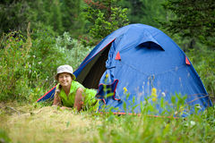 Wanderer, der im Lagerzelt liegt Lizenzfreies Stockfoto