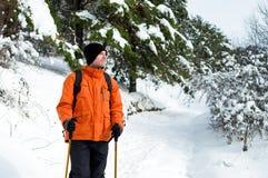 Wanderer, der im Schneewald steht Lizenzfreies Stockfoto