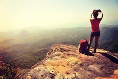 Wanderer der jungen Frau, der Foto macht Lizenzfreie Stockfotografie