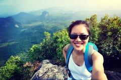 Wanderer der jungen Frau, der Foto mit intelligentem Telefon macht Lizenzfreie Stockfotografie