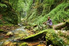 Wanderer der jungen Frau durch den Fluss Stockfotografie