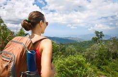 Wanderer der jungen Frau mit Rucksack Mountain View genießend stockfotografie