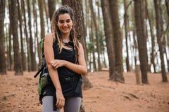 Wanderer der jungen Frau, der Trekking in Holz genießt lizenzfreie stockbilder