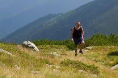 Wanderer, der kämpft, um weiterzugehen Stockfotografie